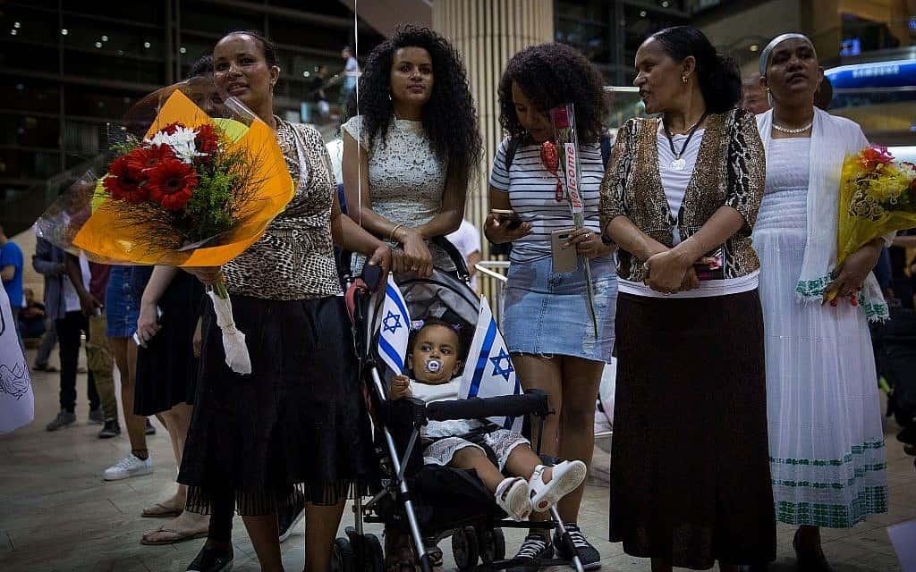נשים יוצאות אתיופיה מחכות לקרובי משפחה שעלו לארץ בנמל התעופה בן גוריון, 2017 (צילום: Miriam Alster/Flash90)