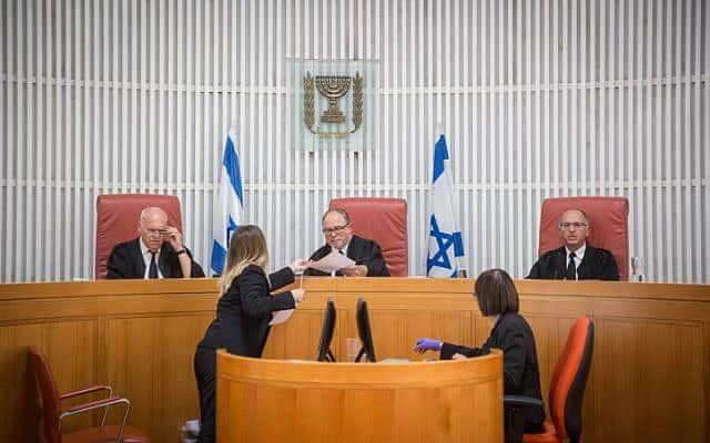 .השופט יורם דצניגר (במרכז) בבית המשפט, 2007, למצולמים האחרים אין קשר לנאמר בכתבה (צילום: הדס פרוש פלאש 90)