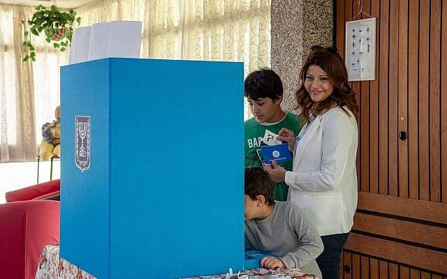 אורלי לוי מצביעה בבחירות אפריל 2019 (צילום: Basel Awidat/Flash90)