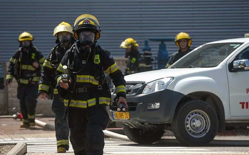 כוחות לוחמי אש ומשטרה בארוע דליפת האמונה בקניון בעכו ב-27 ביוני 2019 (צילום: מאיר ועקנין/פלאש90)