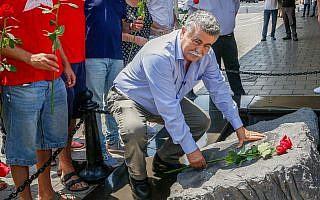 עמיר פרץ, אתמול, ליד האנדרטה במקום הירצחו של יצחק רבין (צילום: Roy Alima/Flash90)