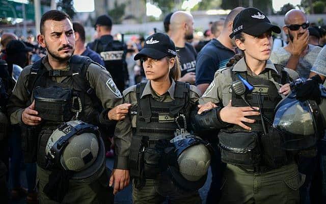כוחות משטרה נערכים היום בצומת עזריאלי בתל אביב (צילום: תומר נויברג/פלאש90)