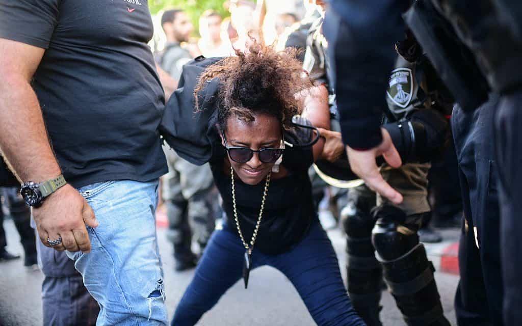 שוטרים עוצרים מפגינה במחאות יוצאי העדה האתיופית, בעקבות מותו של סלמון טקה בקריית חיים (צילום: תומר נויברג/פלאש90)