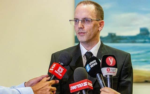 עו״ד יאיר נדשי, פרקליטו של השוטר היורה, במסיבת עיתונאים (צילום: פלאש90)