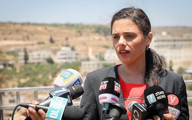 איילת שקד השבוע, מקיימת מסיבת עיתונאים באפרת (צילום: גרשון אלינסון/פלאש90)