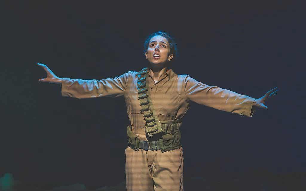 """לקסי רבאדי מככבת בהצגת היחיד """"חנה סנש (מחזה עם מוזיקה ושירה)"""" בתאטרון היידי הלאומי פולקסבינה (צילום: צילום: ויקטור נחאי/Properpix.com)"""