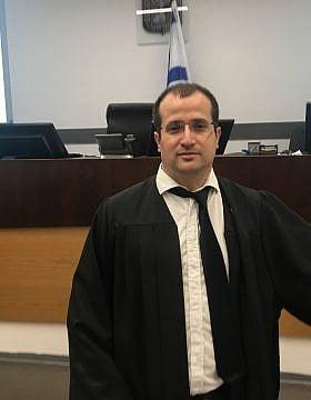 עו״ד איתי מק בבית המשפט (צילום: אמיר בן-דוד)
