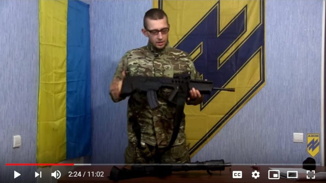 חייל במיליציית ״אזוב״ מסביר כיצד לתפעל רובה תבור (צילום: יוטיוב)