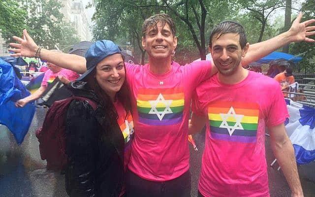 עובדים סוציאליים מ-Jewish Queer Youth, רייצ'ל פרידס מרדכי לבוביץ וג'סטין שפירוס במצעד לכבוד ישראל (צילום: JQY)