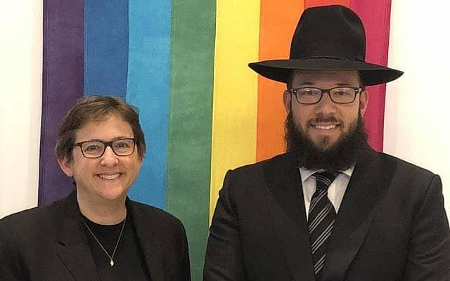 """הרב מייק מושקוביץ נכנס לאחרונה לעבודתו בקהילת בית שמחת תורה, בית כנסת בניו יורק סיטי המשרת את קהילת הלהט""""ב. לידו הרבה הראשית של בית הכנסת, שרון קליינבאום."""