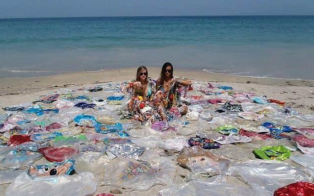 בלוני הליום חסרי אוויר נסחפים לים (צילום: balloonsblow.org)