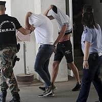 ישראלים שהיו חשודים במעורבות באונס בקפריסין נלקחים לבית משפט (צילום: Petros Karadjias, AP)