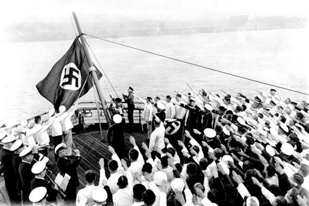 הדגל הנאצי מונף מעל סיפונה של האס-אס ברמן עם עגינתה בהדסון (צילום: ג'ימי קונדון/ארכיון ה-NY Daily News, באמצעות Getty Images)