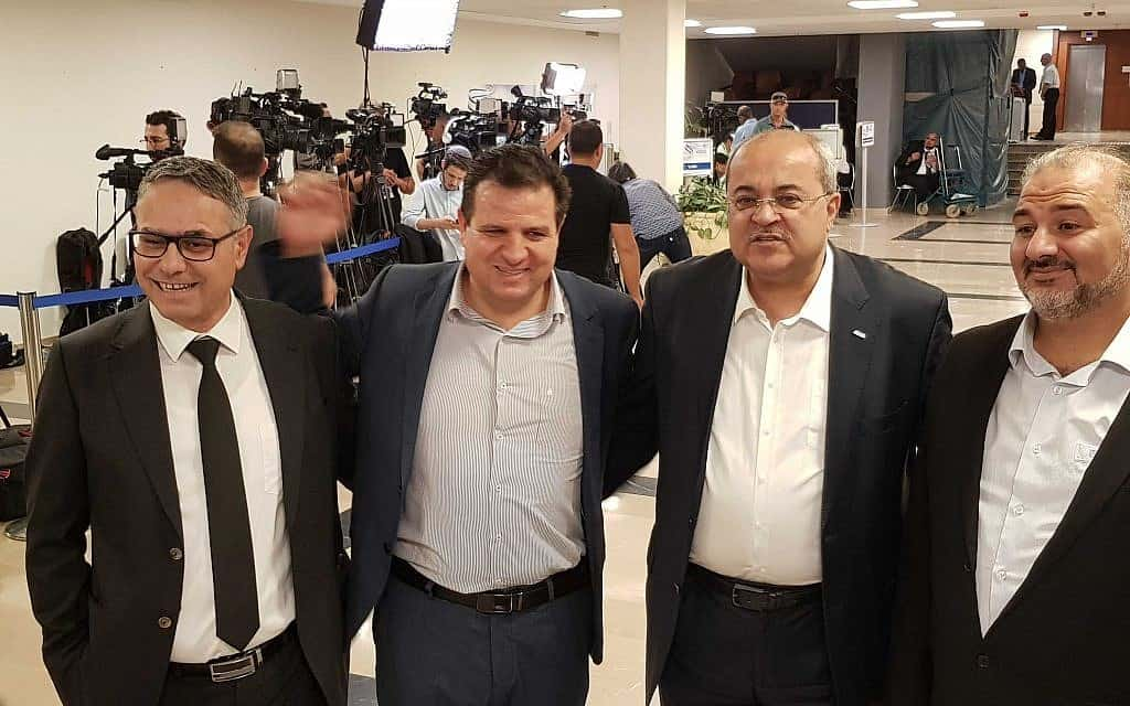 מנהיגי הרשימה הערבית המשותפת מגישים את הרשימה לוועדת הבחירות היום. מימין לשמאל: מנסור עבאס, אחמד טיבי, איימן עודה ומטאנס שחאדה (צילום: Raoul Wootliff / Times of Israel)