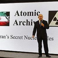 ראש הממשלה בנימין נתניהו נושא נאום על ארכיון הגרעין של איראן, שנחשף על ידי המוסד ומתעד את תוכנית הגרעין האיראנית, במשרד הביטחון בתל אביב, 30 באפריל 2018 (צילום: AFP/ ג'ק גואז)