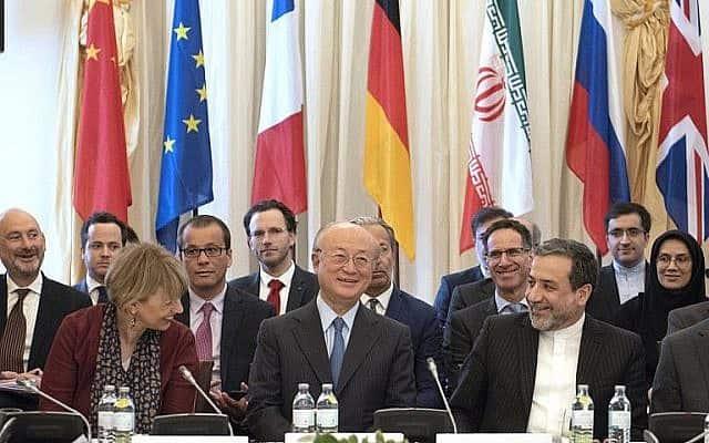 """משמאל לימין: מזכ""""לית שירות מדיניות החוץ של האיחוד האירופי הלגה שמיד, מנכ""""ל הסוכנות הבינלאומית לאנרגיה אטומית יוקיאה אמאנו וסגן שר החוץ האיראני עבאס עראקג'י בפגישה מיוחדת של חברות הסכם המעצמות על תוכנית הגרעין האיראנית בארמון קובורג בווינה, אוסטריה, 25 במאי (צילום: AFP/ ג'ו קלאמר)"""