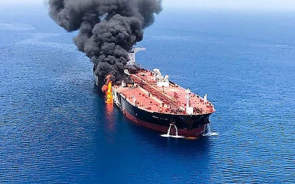 אש ועשן מיתמרים ממכלית שהותקפה במפרץ עומאן, ליד מצר הורמוז, 13 ביוני 2019 (צילום: ISNA/AFP)