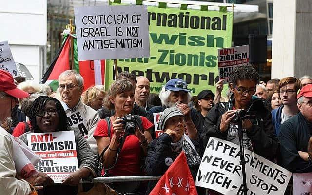 מפגינים מחוץ למטה מפלגת הלייבור במרכז לונדון, 4 בספמטבר 2018 (צילום: Stefan Rousseau/PA via AP)