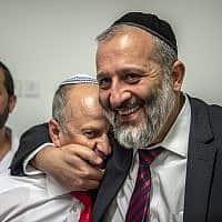 ראש עיריית עפולה אבי אלקבץ (משמאל) ושר הפנים אריה דרעי (צילום: גיל אליהו)