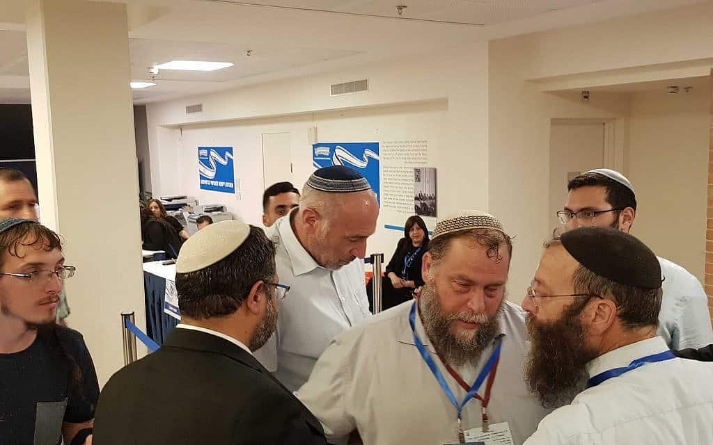 אנשי הימין המאוחד עוצרים את אנשי עוצמה יהודית מלהגיש את רשימתם לכנסת (צילום: ראול ווטליף)
