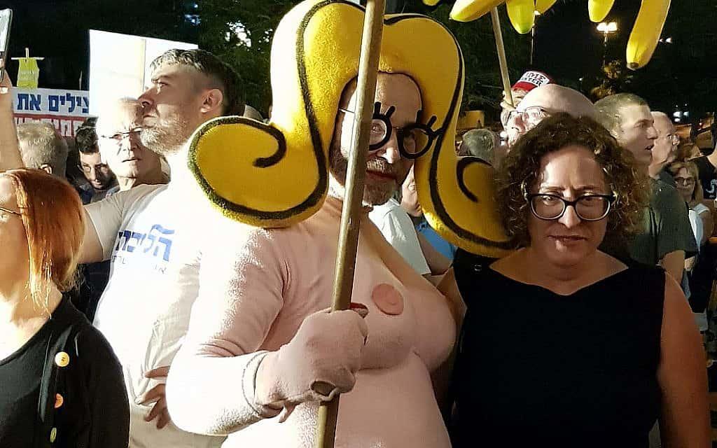 שושקה (אנגלמאייר) ויעל כהן-פארן בהפגנה ה-142 בפתח תקווה (צילום: יעל לפיד ואמיר בן-דוד)