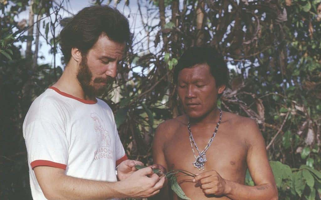 האתנובוטנאי מארק פלוטקין מדבר עם חבר קהילה ילידית בעת ביצוע מחקר שטח בסורינאם ב-1979 (צילום: Courtesy)