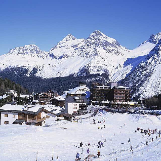 גולשי סקי בהרים מחוץ לארוזה ב-2015 (צילום: Eye Ubiquitous/Universal Images Group באמצעות Getty Images)