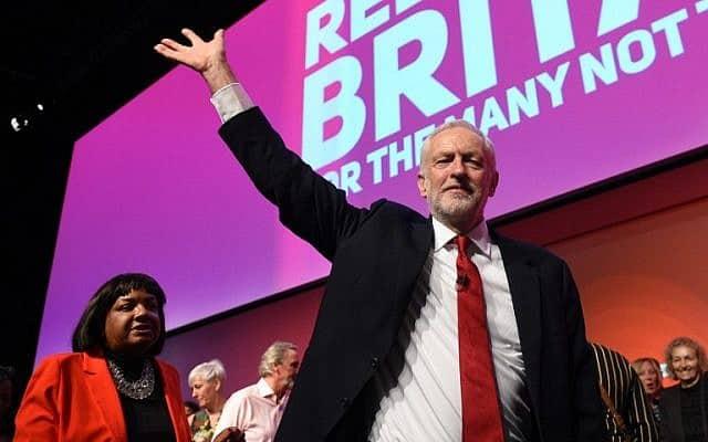 ראש מפלגת הלייבור הבריטית, ג'רמי קורבין, מנופף לצירים לאחר נאום המפתח שלו ביום האחרון לוועידת המפלגה בליברפול, בצפון-מערב אנגליה, 26 בספטמבר 2018 (צילום: אולי סקארף/סוכנות הידיעות הצרפתית)