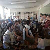 סטודנטים עושים מדיטציה כחלק מתפילת הבוקר בישיבת רוממו בניו יורק, 16 ביולי, 2019. הישיבה משלבת למידה מעמיקה של טקסטים יהודיים עם מיינדפולנס ומיסטיקה (צילום: בן סלס/JTA)