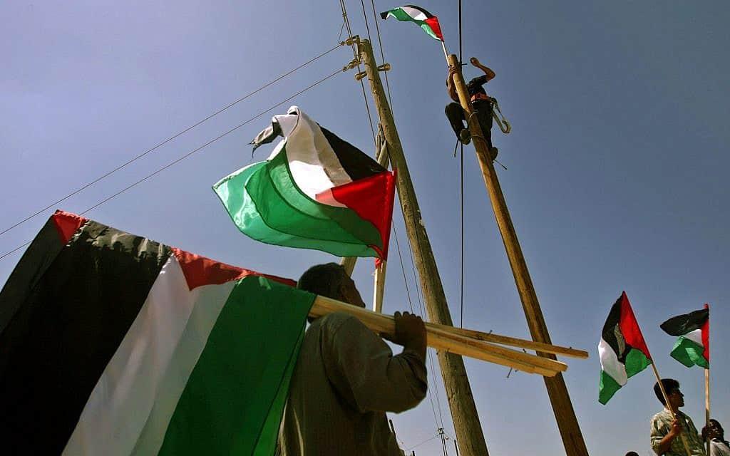 דגלי הרשות הפלסטינית על עמודי חשמל ברצועת עזה, ארכיון (צילום: AP Photo/Emilio Morenatti)