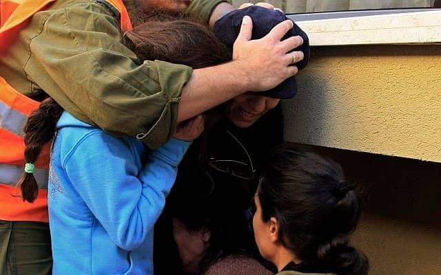 אזעקה באשקלון, ארכיון, 2009, למצולמים אין קשר לנאמר בכתבה (צילום: AP Photo/Tsafrir Abayov)