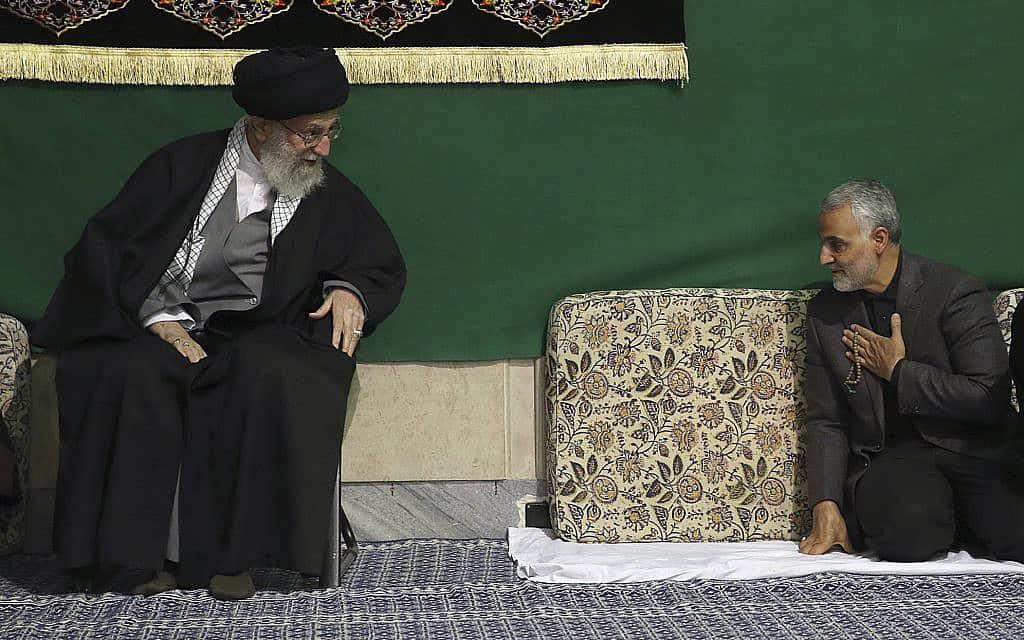 מפקד כוח קודס קסאם סולימאני (מימין) והאייטולה עלי חמינאי ב-2015 (צילום: Office of the Iranian Supreme Leader via AP)