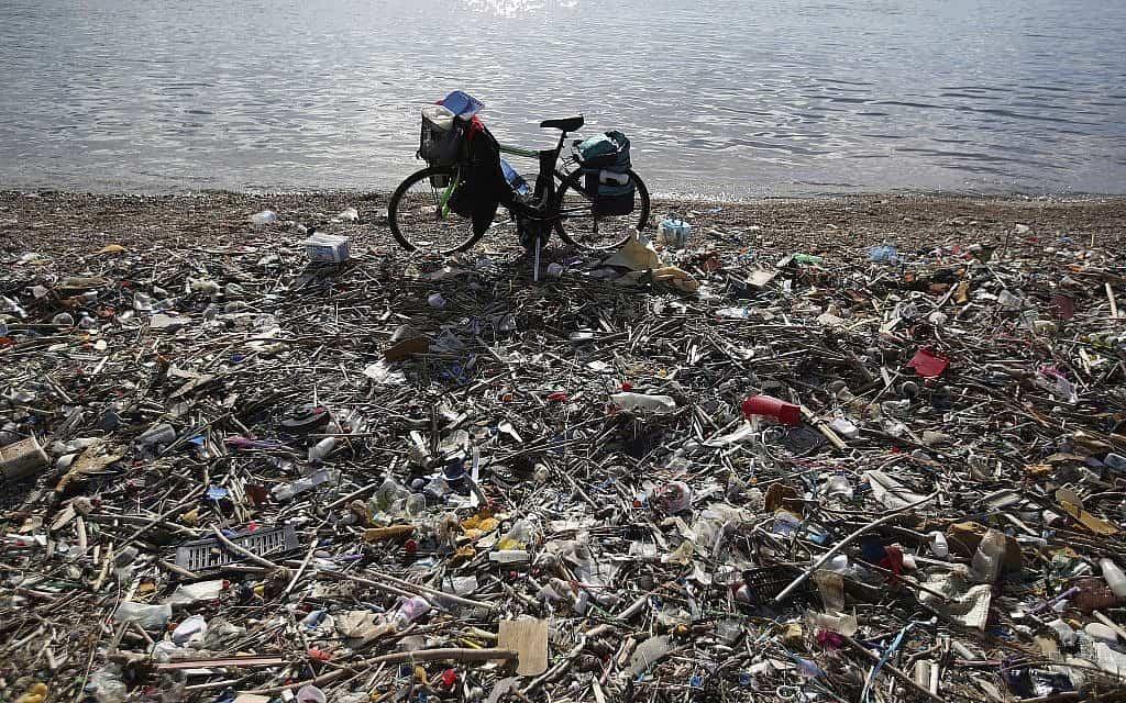 פלסטיק ואשפה על חוף הים (צילום: AP Photo/Thanassis Stavrakis)