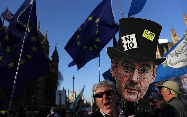 דמותו של ג׳ייקוב ריס מוג בהפגנה נגד הברקזיט, מרץ 2019 (צילום: AP Photo/Alastair Grant)