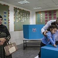 ראש עיריית רהט פאיז אבו סהיבאן מצביע ביום הבחירות באפריל 2019. למצולמים אין קשר לנאמר בכתבה (צילום: AP/צפריר אביוב)