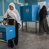 אישה מצביעה במהלך יום הבחירות לכנסת בעיר הבדואית רהט, 9 באפריל 2019 (צילום: צילום:AP /צפריר אביוב)