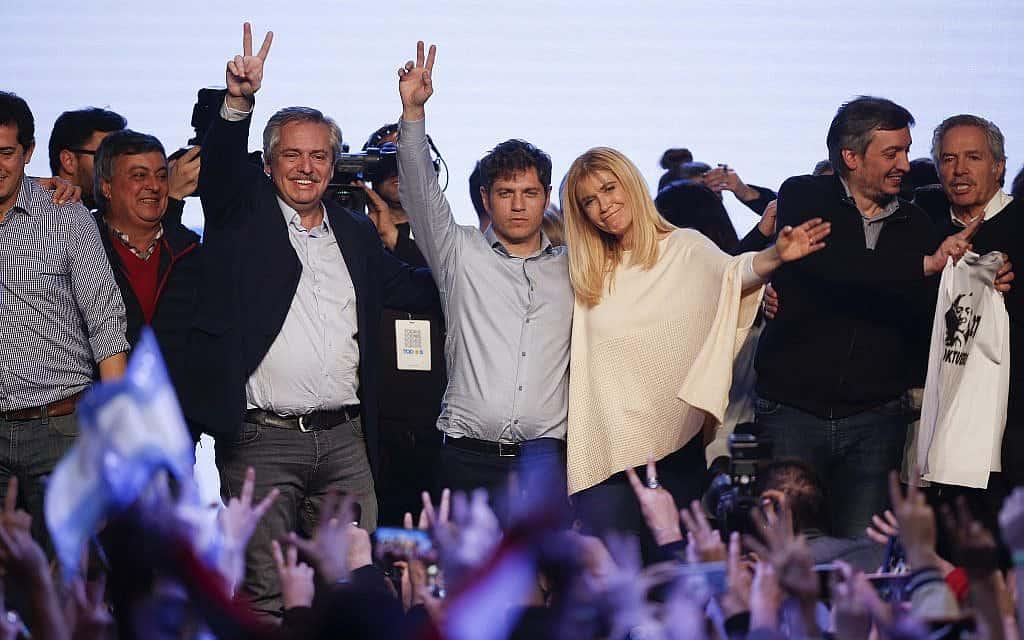 אלברטו פרננדז, משמאל, עם אקסל קיצילוף במרכז (צילום: AP Photo/Sebastian Pani)