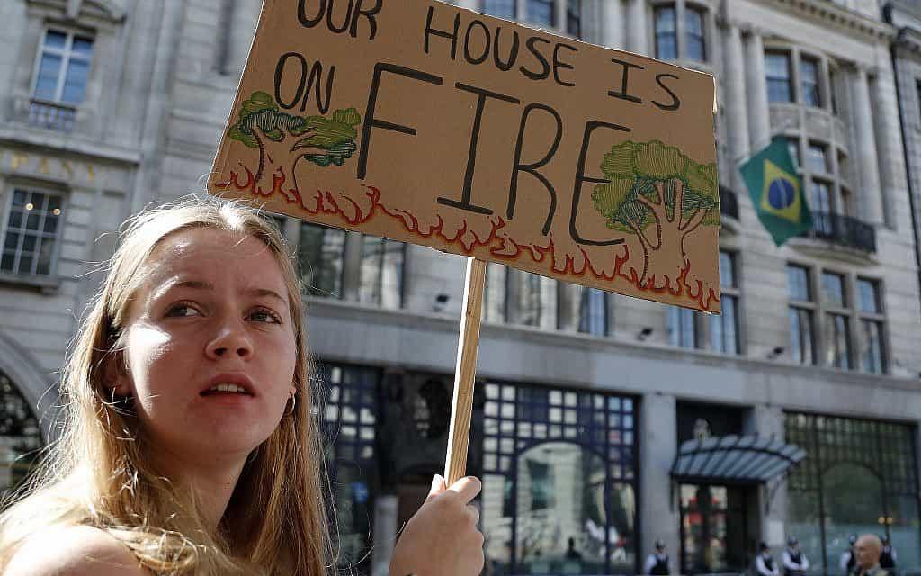 הפגנות מחוץ לשגרירות ברזיל בלונדון (צילום: AP Photo/Frank Augstein)