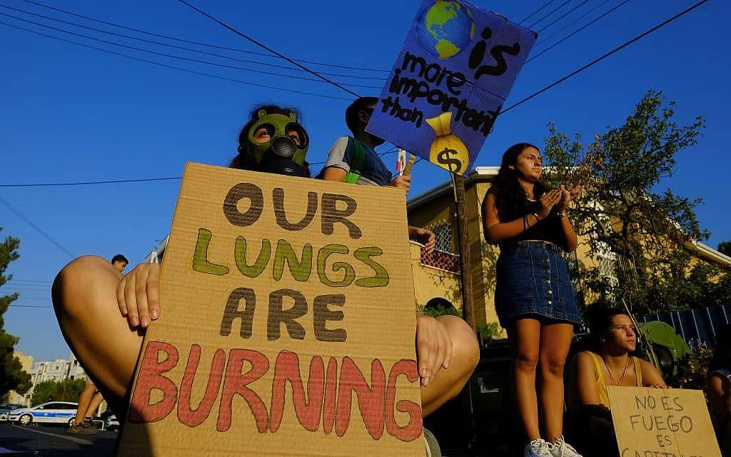 הפגנה בקפריסין מחוץ לשגרירות ברזיל (צילום: AP Photo/Petros Karadjias)
