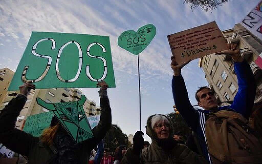 מפגינים קוראים לנשיא ברזיל  להגן על יער הגשם באמזונס (צילום: (AP Photo/Matilde Campodonico))