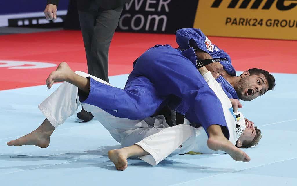 שגיא מוקי לוקח מדלית זהב באליפות העולם בג׳ודו שנערכה בטוקיו, יפן, 28 באוגוסט 2019 (צילום: AP Photo/Koji Sasahara)