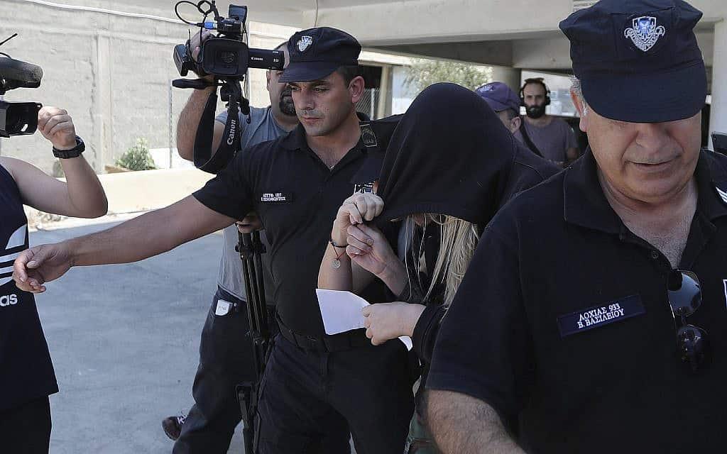 הצעירה הבריטית שהתלוננה על האונס מובלת לאולם הדיונים בלרנקה, קפריסין (צילום: AP Photo/Petros Karadjias)
