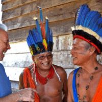 האתנובוטנאי מארק פלוטקין מדבר עם מנהיגים ילידיים של אזור טומוקומאק בצפון ברזיל (צילום: Courtesy)