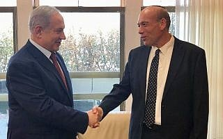 מתניהו אנגלמן (ימין) לוחץ ידיים לראש הממשלה בנימין נתניהו במשרד ראש הממשלה בירושלים זמן קצר לאחר שמונה לתפקיד מבקר המדינה, ב-3 ביוני 2019 (צילום: טוויטר/משרד רה״מ)