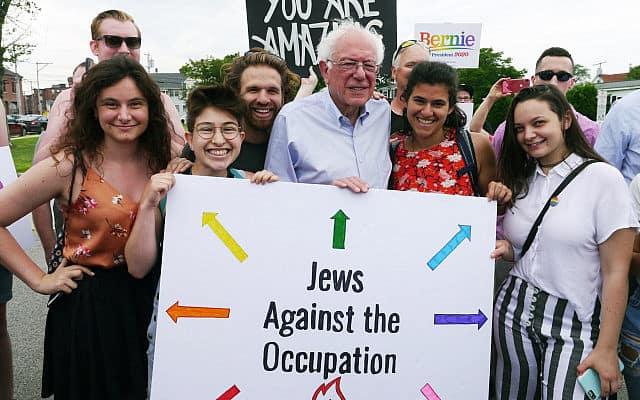 """הסנאטור מוורמונט, ברני סנדרס, מצטלם עם פעילי IfNotNow בניו המפשייר, ביניהם הסטודנטית מאוניברסיטת מישיגן, בקה לובוב, השמאלית ביותר בצילום, ומחזיק שלט עליו כתוב """"יהודים נגד הכיבוש"""" (צילום: IfNotNow)"""