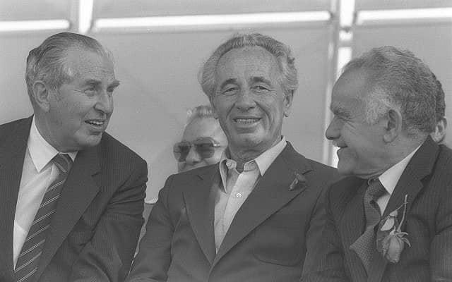 יצחק שמיר, שמעון פרס ויצחק הרצוג ב-1984 (צילום: נתי הרניק/לע״מ)