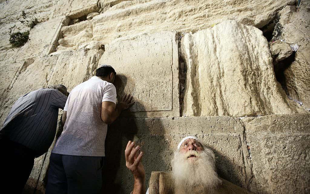 תפילות תשעה באב בכותל המערבי (צילום: אביר סולטן/פלאש90)