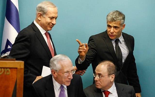 ראש הממשלה נתניהו ושר האוצר יאיר לפיד, עם סילבן שלום ונגיד בנק ישראל סטנלי פישר. 2013 (צילום: פלאש90)