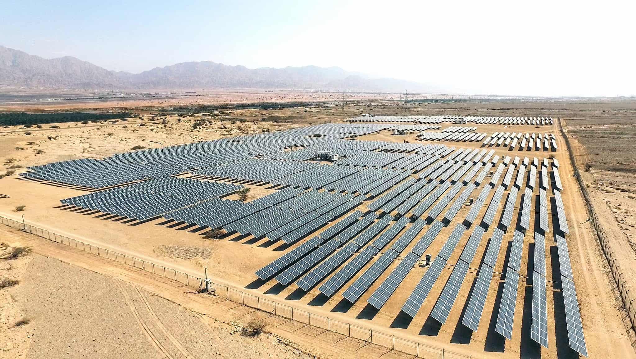 פאנלים לייצור אנרגיה סולארית (צילום: Moshe Shai/FLASH90)
