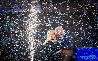 בנימין נתניהו ורעייתו שרה חוגגים את הניצחון שלא התרחש לאחר הכרזת תוצאות הבחירות לכנסת, במטה הליכוד ב-9 באפריל 2019 (צילום: Yonatan Sindel/Flash90)